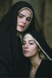 Y estaban allí, a lo lejos, muchas mujeres que habían seguido a Jesús desde Galilea para cuidarle.