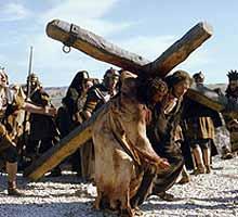 Hallaron un hombre de Cirene, llamado Simón, y le obligaron a cargar con la cruz de Jesús.