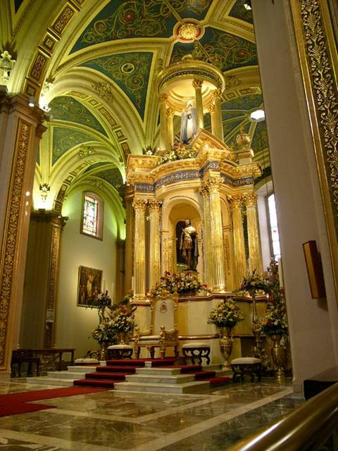 El altar principal, dedicado a San Luis, Rey de Francia