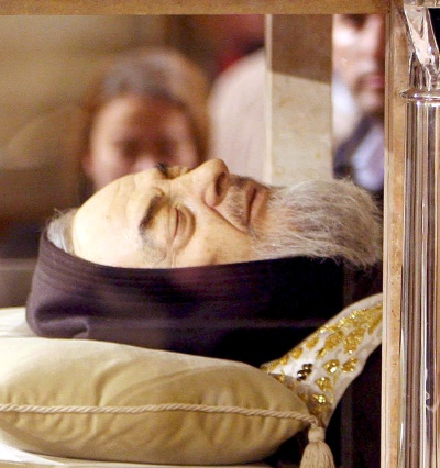 El cuerpo incorrupto de San Pío de Pietralcina, más conocido como Padre Pío, quien murió hace cuarenta años, permanece expuesto al público en una ceremonia multitudinaria en el santuario de Santa María de la Gracia, en la localidad de San Giovanni Rotondo, en Puglia, en el sur de Italia, hoy, jueves 24 de abril.(EFE)