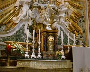 Altar mayor en el Santuario de Nuestra Señora de Montenero, Livorno, Italia, que se ha conservado sin reformar, adosado al retablo.  Santuario della Madonna di Montenero, Livorno, Italia. 05/06/09.