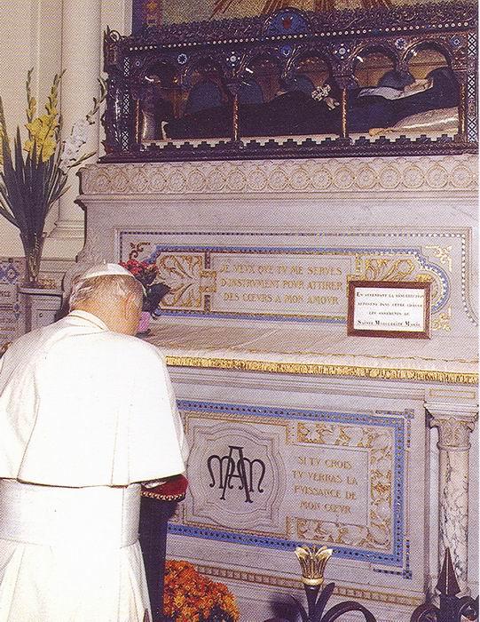 S.S. Juan Pablo II frente a la urna que contiene el cuerpo incorrupto de Santa Margarita María Alacoque