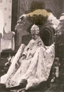 Su Santidad Pio XI, en solemne ceremonia en la Capilla Sixtina, Luce la tiara obsequiada por los milaneses. Febrero de 1923.  Pio XI fué bibliotecario de la Ambrosiana, y años después arzobispo de Milán