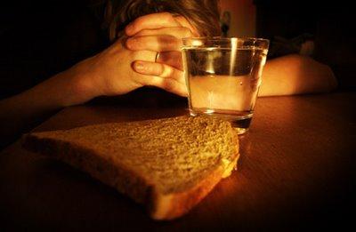 """""""Está escrito: El hombre no vive solamente de pan, sino de toda palabra que sale de la boca de Dios"""".  San Mateo 4,4"""