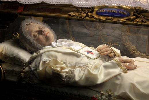 Ana María Taigi (1769-1837).  Fue beatificada en 1920 y su sepulcro se encuentra en Roma, en la iglesia San Crisógono, de los padres Trinitarios, en cuya orden la beata era terciaria. Su cuerpo yace en ataúd de cristal para que su cuerpo incorrupto pueda contemplarse.