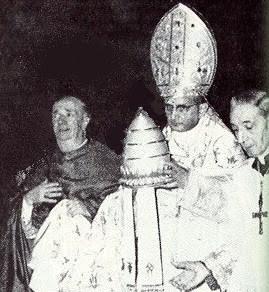 Paulo VI se quita la tiara