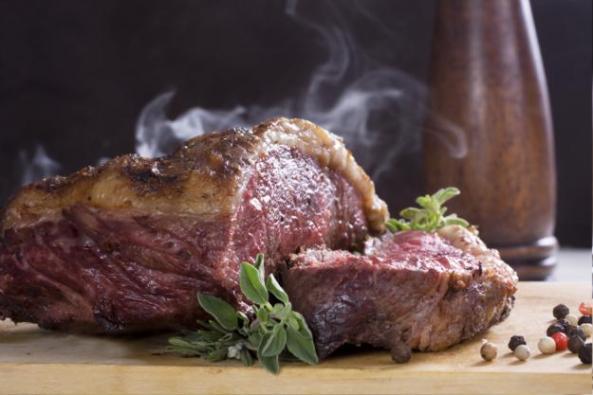 Todos los viernes, a no ser que coincidan con una solemnidad, debe guardarse la abstinencia de carne.