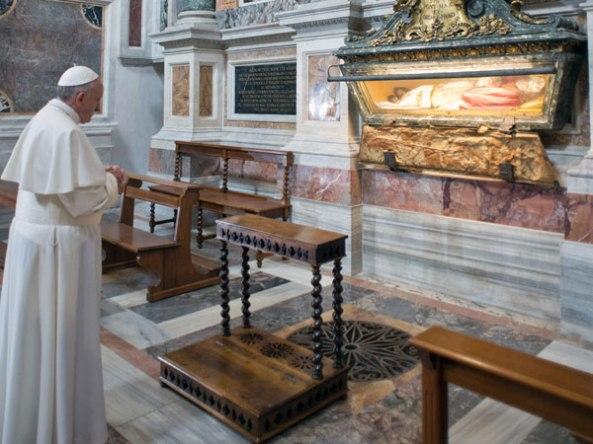 Bergoglio en su primer día de pontificado se presenta, de pie, ante el cuerpo incorrupto del papa San Pío V, quien codificó la Misa a perpetuidad bajo pena de excomunión automática contra quien la alterase. 14 de Marzo de 2013.