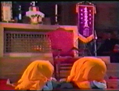 Monjes budistas, convocados por Juan Pablo II, rezando a su ídolo colocado sobre el altar de San Pedro en Asís.