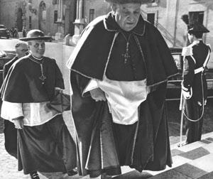 El Cardenal Roncalli llegando al cónclave en compañía del Cardenal Leger.