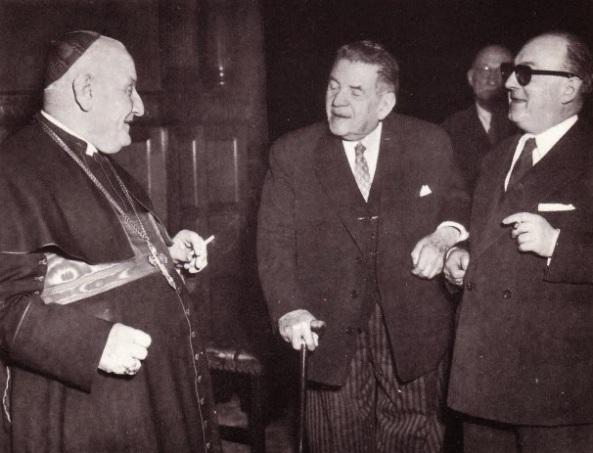 Si en algo se destacó Roncalli como Nuncio, fue en su capacidad de hacer amigos (Aquí platicando con unos políticos socialistas, mientras fuma un cigarrillo).