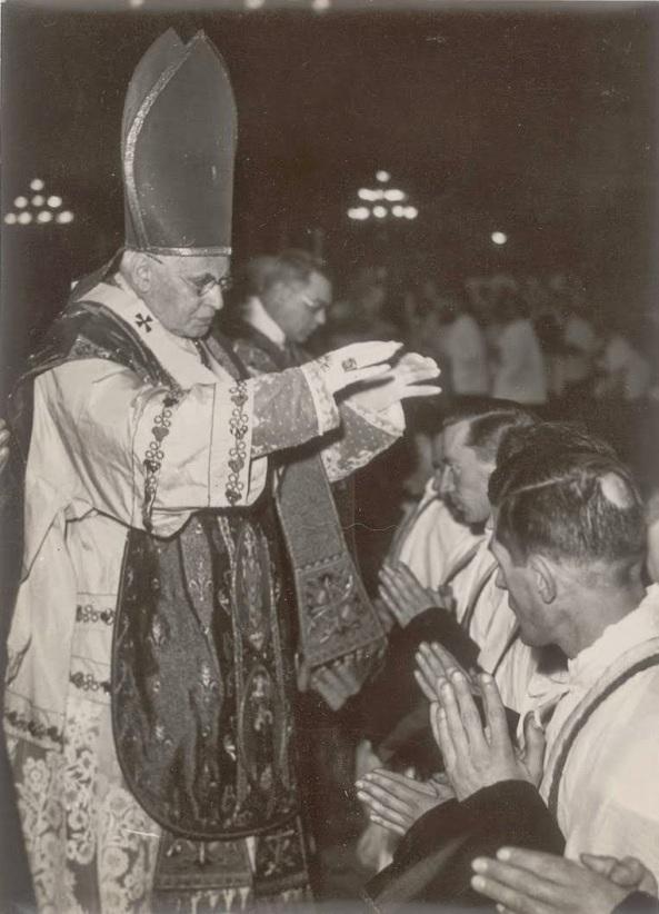 """Emmanuel Suhard, Cardenal Arzobispo de París. Ideó los """"sacerdotes obreros"""" (precursores de la mal llamada """"Teología de la Liberación"""")."""