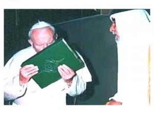 """El famoso beso de """"San"""" Juan Pablo II al Corán"""