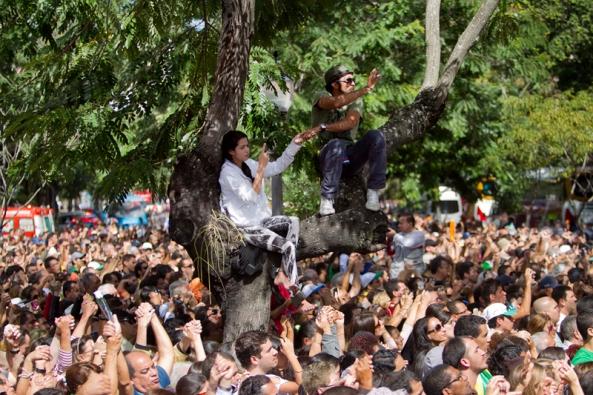 Gente aguarda al Pontífice frente al palacio de São Joaquim, en Río. | AP