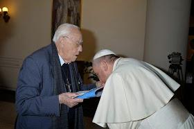 Besamanos y reverencia de Francisco al salesiano apóstata Don Michele De Paolis