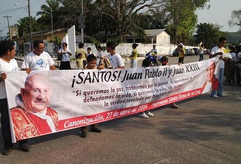 Juan_XXIII-Juan_Pablo_III-papas-caminata-canonizacion-Rigoberto_escobar-caminata_peten-peten_PREIMA20140427_0337_32