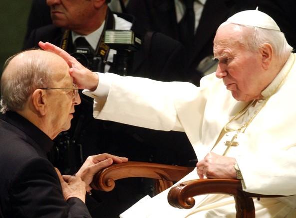Marcial-Maciel-Degollado-uno-de-los-cientos-de-curas-pedófilos-con-el-Papa-Juan-Pablo-II-quien-encubrió-muchos-de-los-abusos-cometidos-por-los-curas