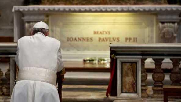 CIUDAD DEL VATICANO, abr. 2, 2013.- Francisco visitó este martes la tumba de Juan Pablo II en la Basílica de San Pedro del Vaticano, con ocasión del octavo aniversario de su muerte, informó la Santa Sede en un comunicado.