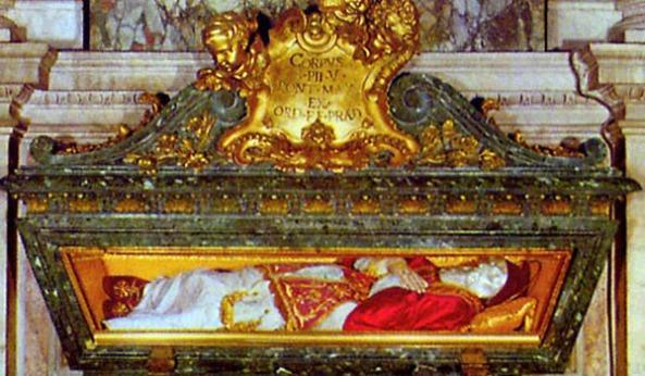 Urna donde se conserva el cuerpo incorrupto del papa San Pío V, en la Basílica de Santa María la Mayor.