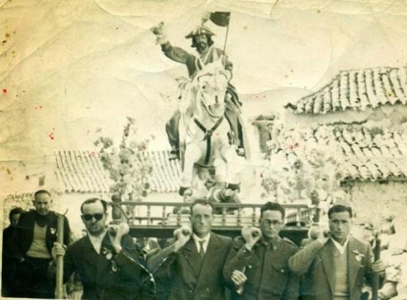 Procesión con Santiago, El Matamoros. Procesión del Santo el 23 de mayo de 1956 (cedida por Ascen del Valle) y en la inferior, aspecto actual de la ermita de Santiago en las proximidades del Castillo.