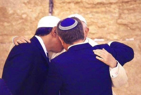 Abrazo de rabino, musulman y Francisco