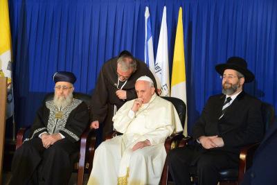 Bergoglio esconde la cruz-1