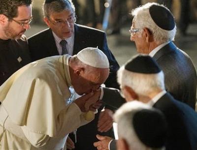 El papa besa las manos