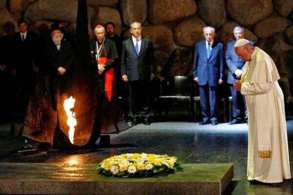El papa Francisco deposita una ofrenda floral