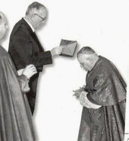 Angelo Roncali recibiendo el birrete de manos del masón Vincent Auriol