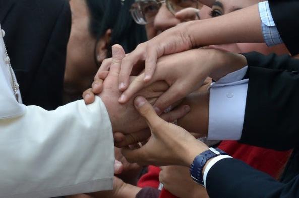 """Notábamos cómo el """"anillo del pescador"""", que usualmente deberían usar los Pontífices, en el caso de Francisco había desaparecido para dar campo al anillo que usaba siendo cardenal."""