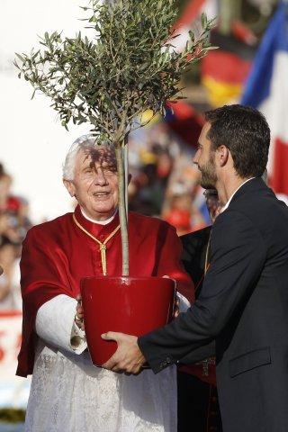 Rodeado de jóvenes procedentes de todos los rincones de la Tierra, Benedicto XVI plantó un olivo después de atravesar la Puerta de Alcalá en el marco de inauguración de la Jornada Mundial de la Juventud Madrid 2011. El olivo representativo, una vez más, de esperanza, de paz y reconciliación.