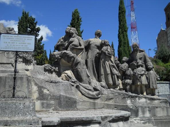 Cerro_de_los_Angeles_Iglesia_militante_monumento_viejo