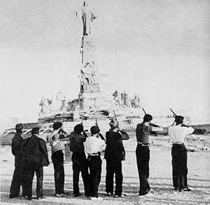 Fusilamiento de la Estatua del Sagrado Corazón de Jesús, justo antes de su demolición, por parte de un grupo de milicianos frentepopulistas.