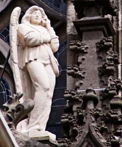 Catedral de San Juan Evangelista de Hertogenbosch (Países Bajos) – Ángel con móvil y vaqueros. Tom Mooy – TWITTER